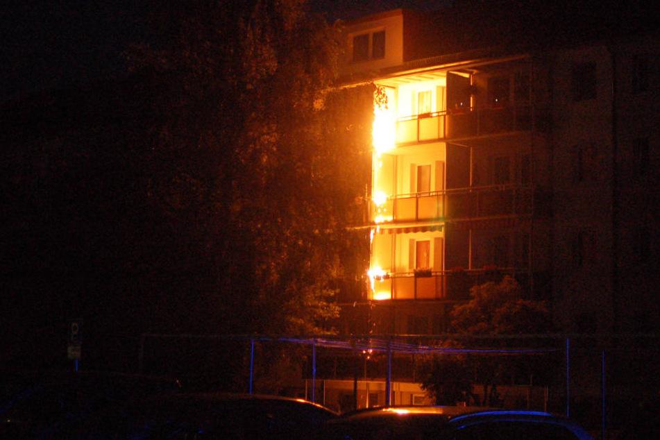 Das Feuer griff über die Brüstung auch auf die darunter liegenden Balkone über.