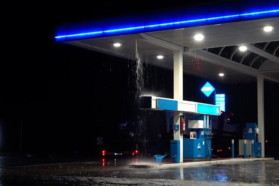 In Uhrsleben drangen die Wassermassen sogar durch das Dach einer Tankstelle.