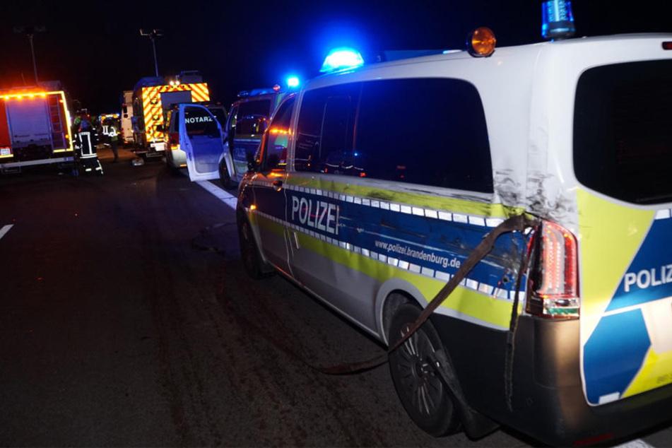 Das beschädigte Polizeiauto am Stauende, dass der Lkw zuvor rammte.