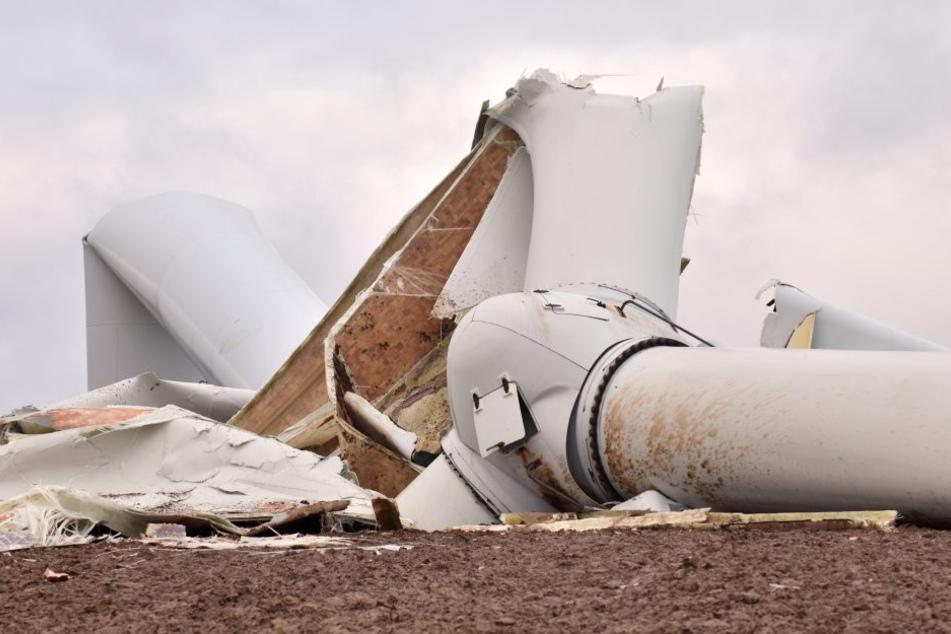 """Opfer von Neujahrs-Sturmtief """"Barbara"""": Ein 95 Meter hohes Windrad kippte in Sitten einfach um und liegt jetzt wie ein tonnenschwerer Koloss auf dem Feld."""
