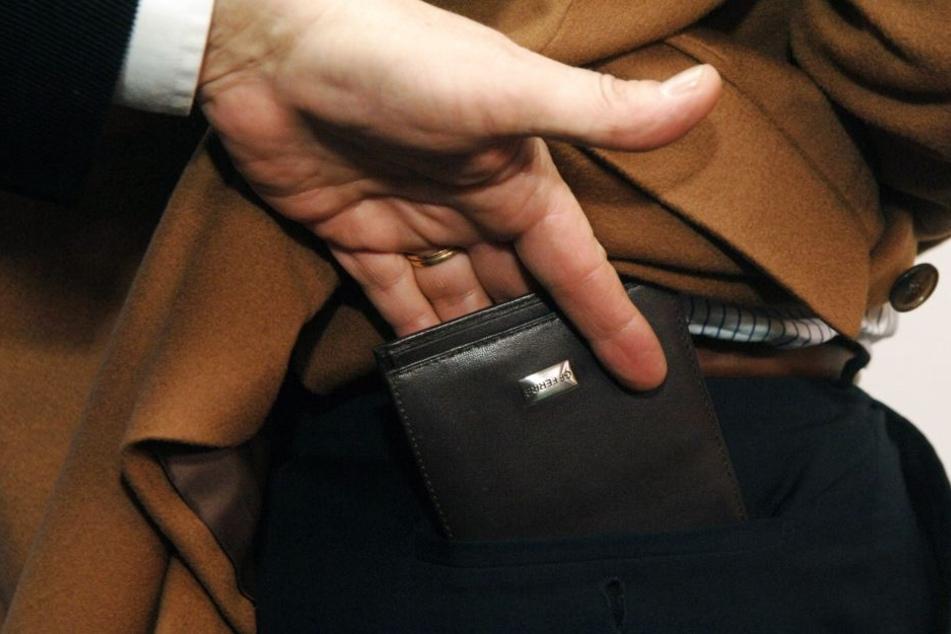 Erst bot er dem Mann Hilfe an, dann stahl er ihm die Geldbörse. (Symbolbild)