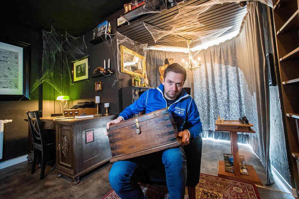 """Rästelhafte Räume: Alex Meller ( 36 ) in seinen Escape Rooms auf dem Brühl, hier in der """"Bibliothek - Reise um die Welt"""". Nun expandiert das beliebte Spiel in die Chemnitzer City."""