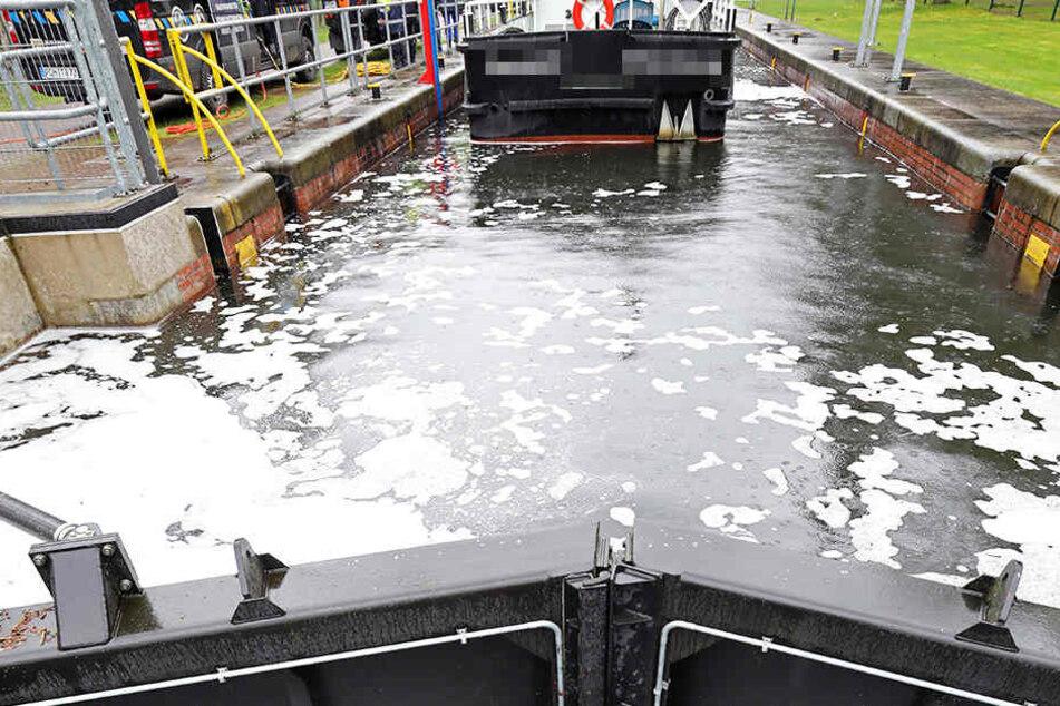 Todesdrama in Schleuse! Schiffskapitän aus Boot geschleudert