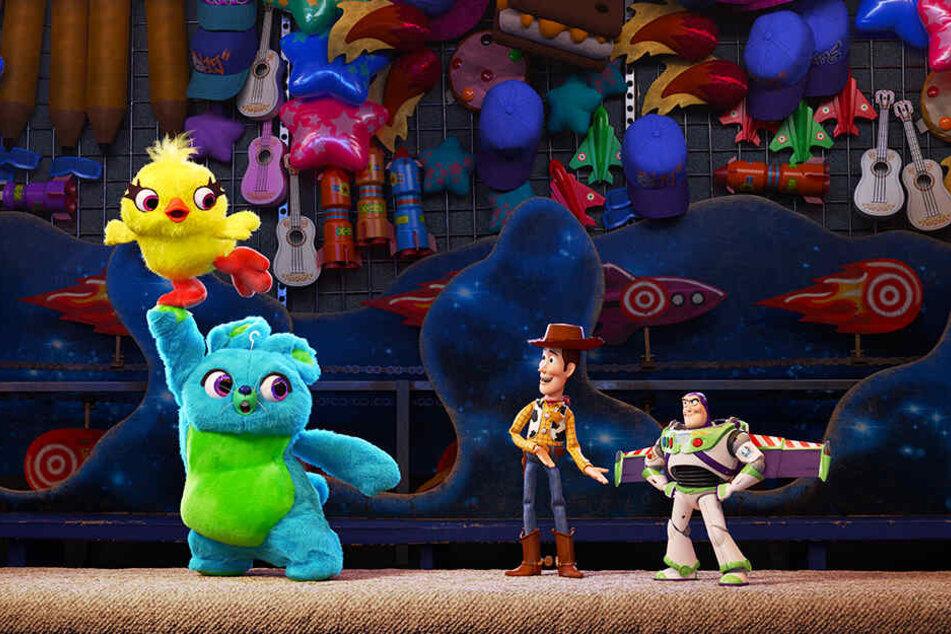 Alte und neue Freunde: Cowboy-Sheriff Woody (Zweiter von rechts) mit seinem langjährigen Kumpel Buzz Lightyear (r.) beim Kennenlernen neuer Spielsachen.