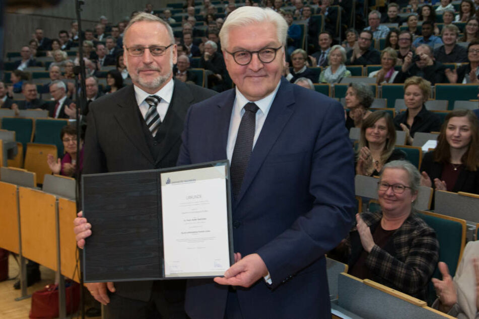 Volker Peckhaus (links), Dekan der Fakultät für Kulturwissenschften, übergab Steinmeier die Urkunde.