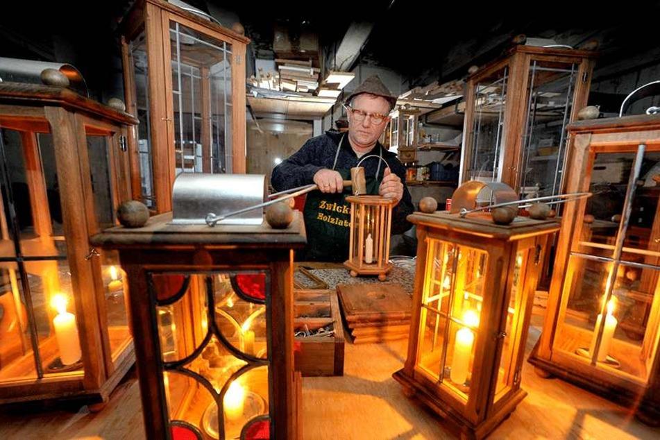 Der Zwickauer Lampenmacher Joachim Schmidt (58) fertigt als einziger in Deutschland noch nostalgische Lampen mit Bleiglas.