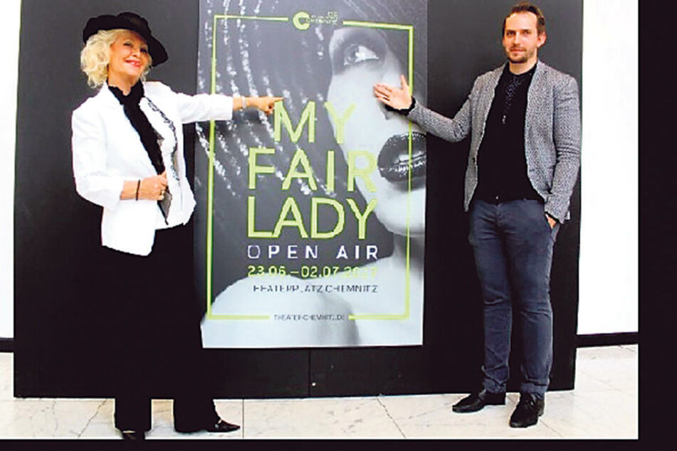 Unter der Regie von Erik Petersen (30) singt Dorit Gäbler (74) auf dem Chemnitzer Theaterplatz  die Mutter des Sprachforschers Henry Higgins.