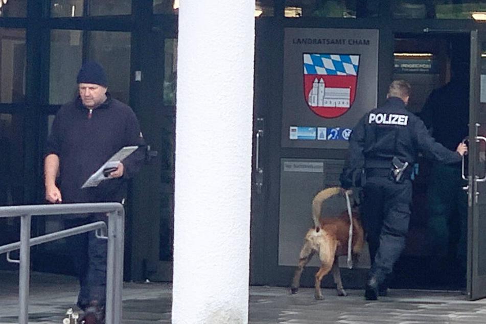 Bombendrohung! Zettel entdeckt, Polizei evakuiert Landratsamt