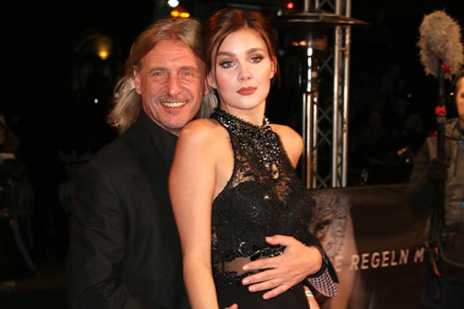 """Medienunternehmer Frank Otto (59) und Model Nathalie Volk (20) bei der """"Fifty Shades Darker""""-Premiere in Hamburg."""