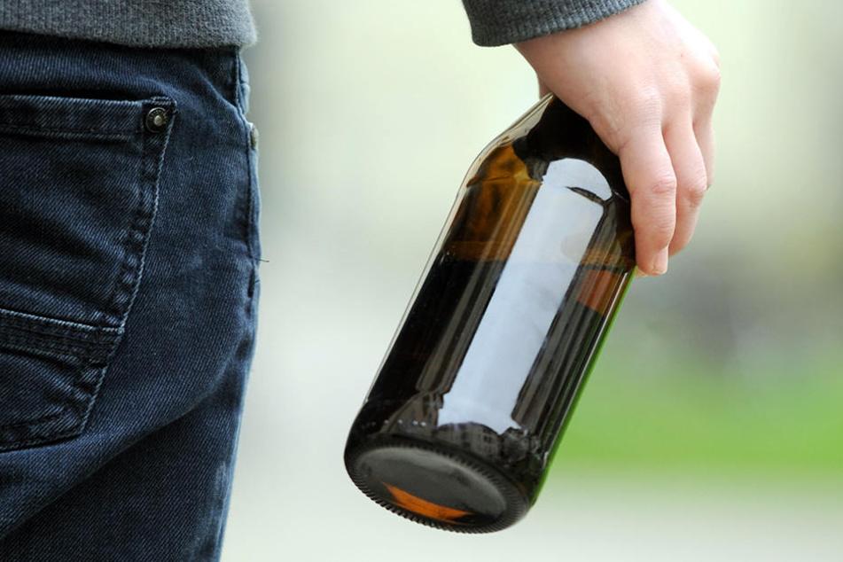 Der 15-Jährige drehte sich um, im gleichen Augenblick zog ihm jemand eine Glasflasche über den Kopf. (Symbolbild)