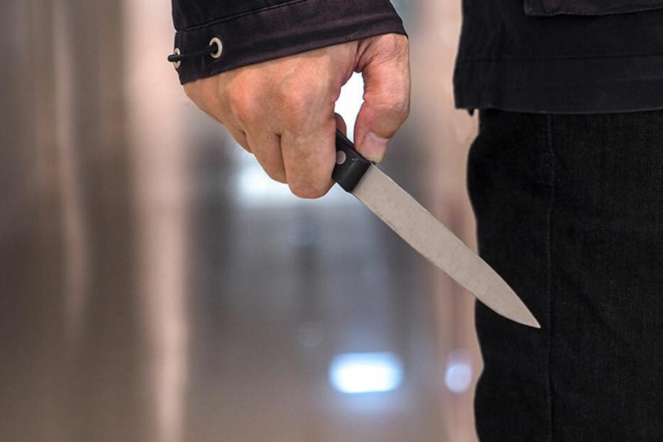 Der Mann stach mit einem Küchenmesser so lange auf seine Ehefrau ein, bis diese tot war. (Symbolbild)
