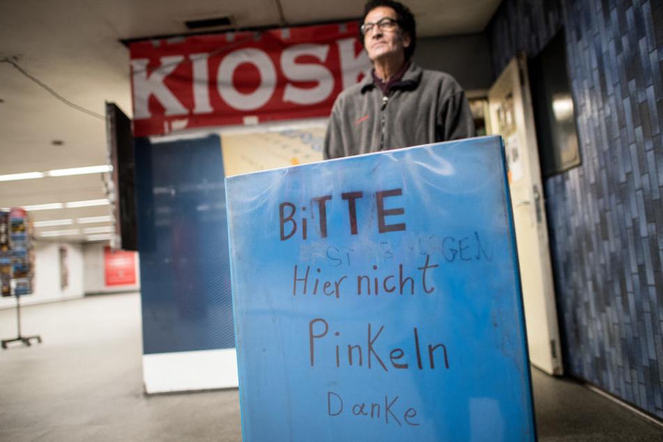 Kiosk-Besitzer Zare-Hamedami versucht die Pinkler mit einem Schild zu stoppen.