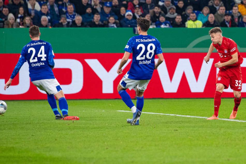 Joshua Kimmich (v.r.n.l.) schießt den Ball vorbei an Schalkes Alessandro Schöpf und Schalkes Bastian Oczipka ins Tor zum 1:0.