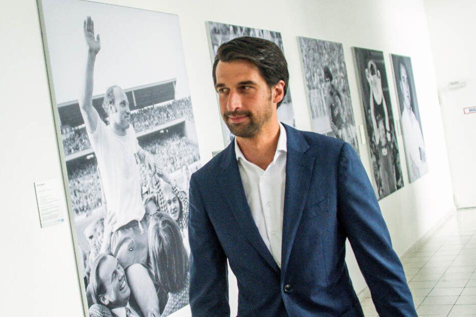 Der neue Sport-Vorstand geht an geschichtsträchtigen HSV-Bildern, wie zu sehen mit Uwe Seeler, vorbei.