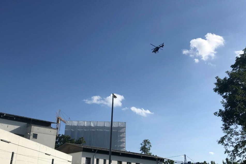 Ein Hubschrauber kreist über der JVA Memmingen und sucht nach den Geflohenen.