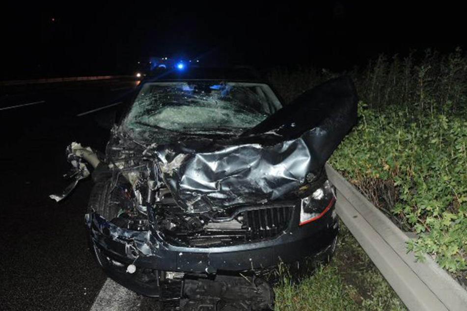 Der 26-jährige Skoda-Fahrer kam nach rechts von seinem Fahrstreifen ab und fuhr frontal auf einen fahrenden Lkw.