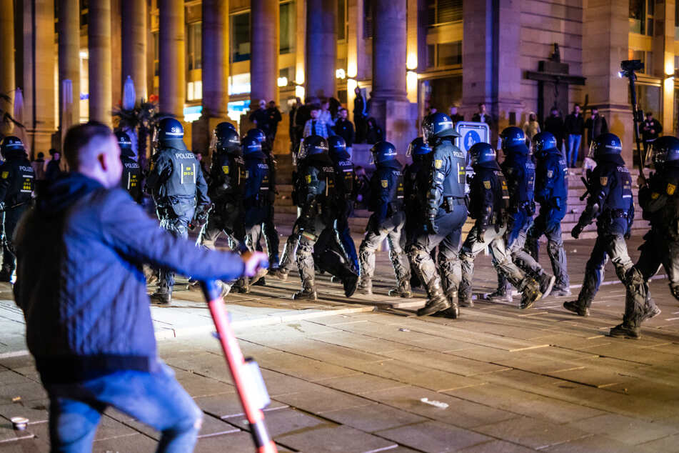 Szene aus der Randalenacht Ende Mai: Polizisten in Schutzmontur marschieren über den Schlossplatz.