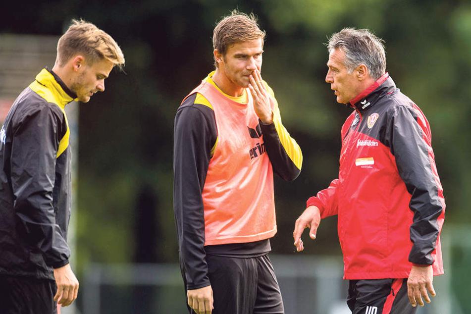 Dynamo-Trainer Uwe Neuhaus (r.) mit Lucas Röser (l.) und Eero Markkanen.