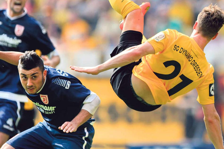 """Da war er noch in Regensburger Diensten: Aias Aosman lässt den damaligen Dynamo Quirin Moll über die""""Klinge"""" springen."""