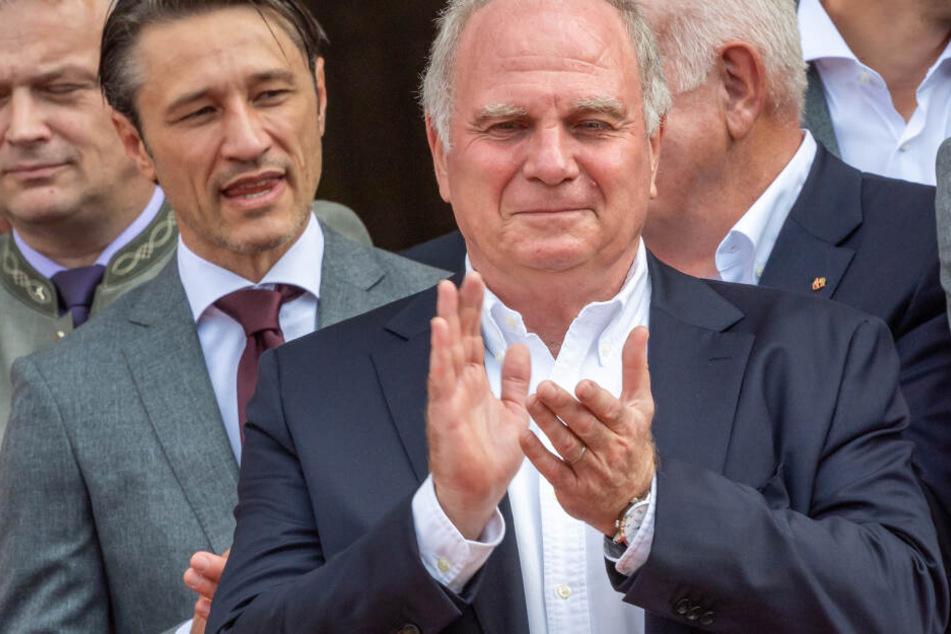 Niko Kovac (l), Trainer des FC Bayern München und Uli Hoeness, Präsident FC Bayern München, stehen nebeneinander..