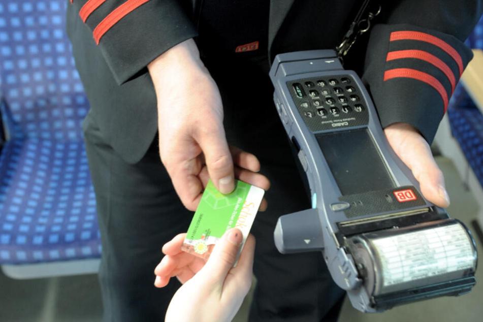 Einem Kontrolleur konnte der Mann keinen Fahrschein vorlegen. (Symbolbild)