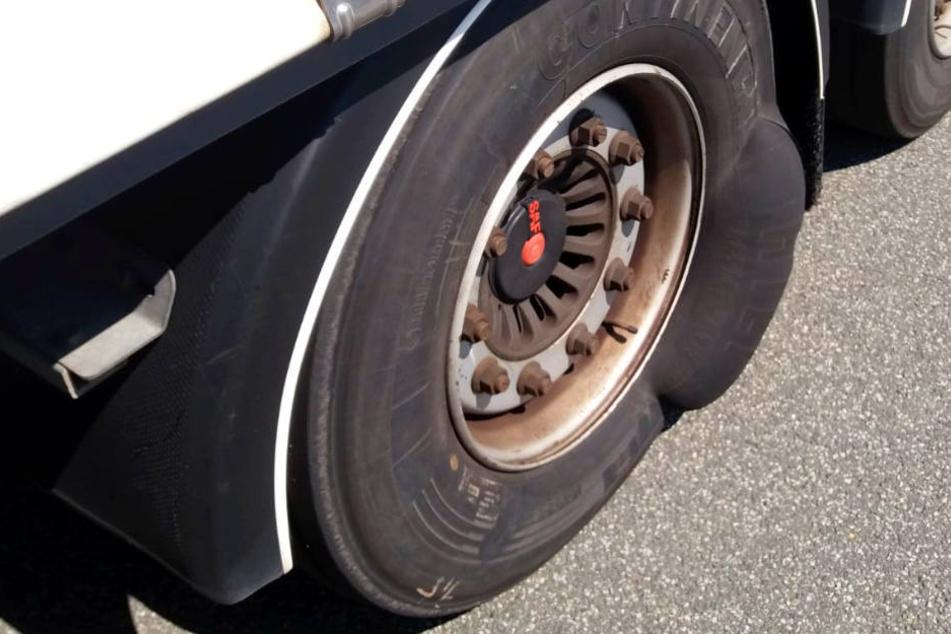 Auf Hinweise eines Autofahrers reagierte der Lkw-Fahrer nicht.