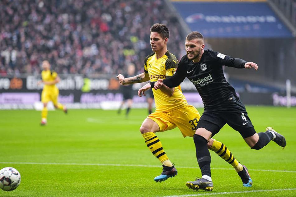 Der starke Frankfurter Angreifer Ante Rebic im Duell mit BVB-Innenverteidiger Julian Weigl (l.).