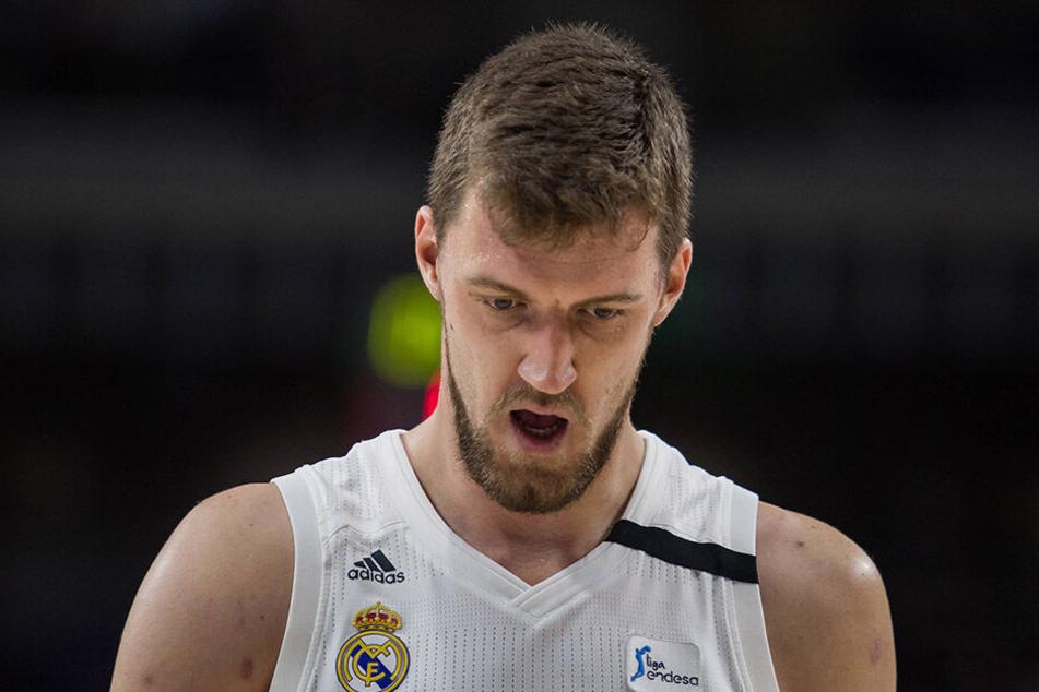 Der serbische Basketball-Profi Ognjen Kuzmić schwebt nach dem Verkehrsunfall in Lebensgefahr.