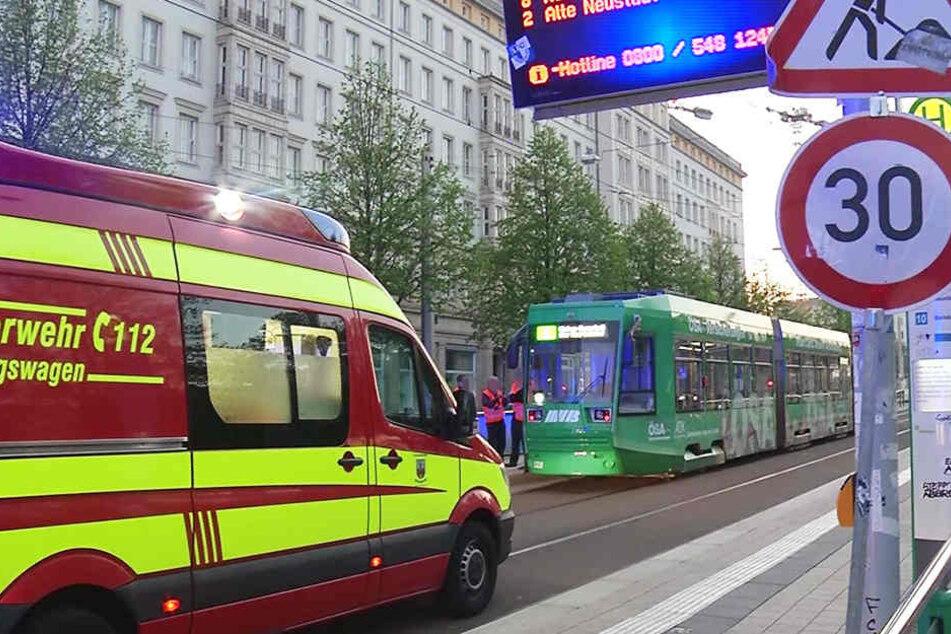 Als die Einsatzkräfte vor Ort eintrafen, lag der Mann verletzt unter der Straßenbahn.