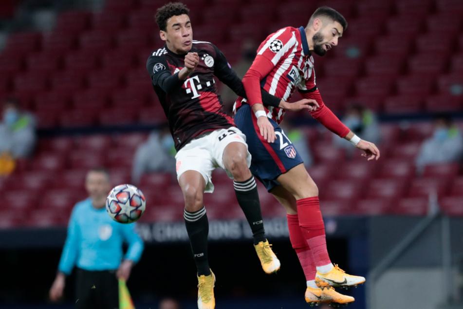 Bayerns Jamal Musiala (l.) und Madrids Yannick Carrasco im Kopfball-Duell.