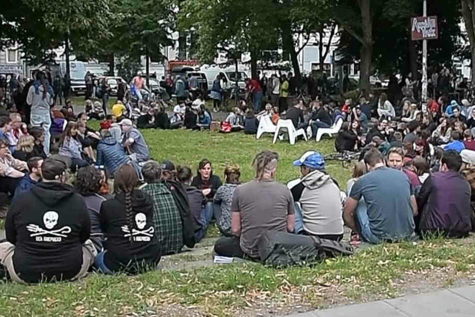 Die Menschen versammelten sich ab 18 Uhr zum Cornern am Neuen Pferdemarkt.