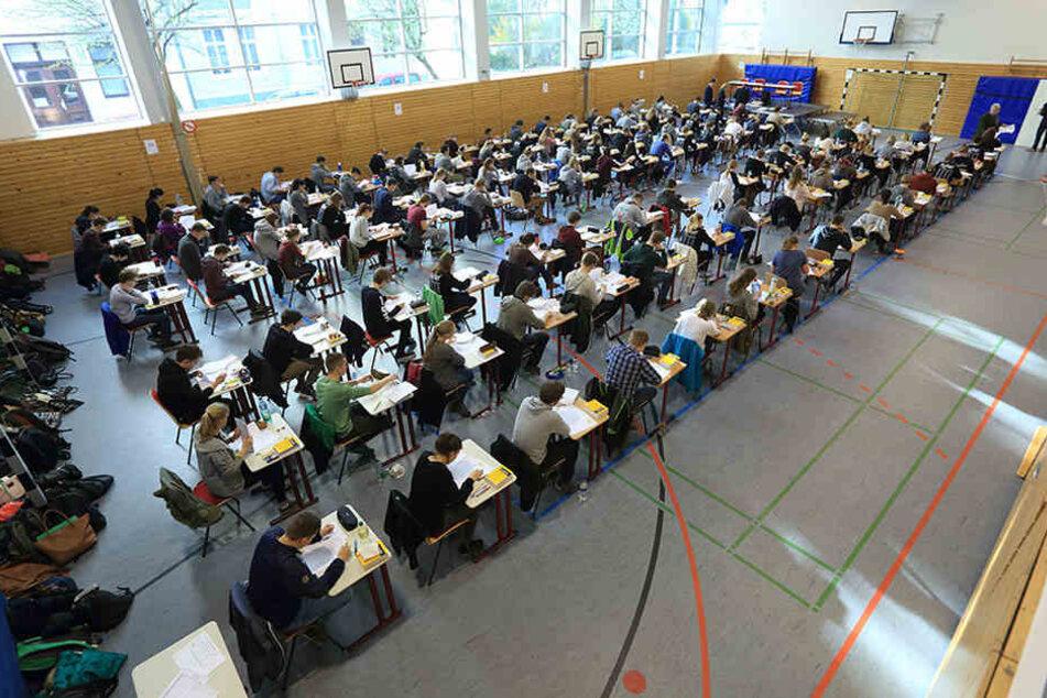 Ein zweites Mal dürfen Brandenburgs Schüler zum schriftlichen Mathe-Abi antreten. (Symbolbild)