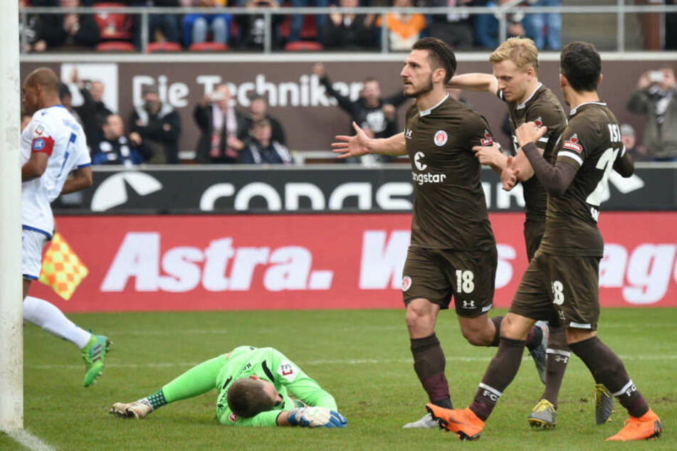 Dimitrios Diamantakos jubelt gemeinsam mit Mats Möller-Daehli und Waldemar Sobota über seinen Treffer.