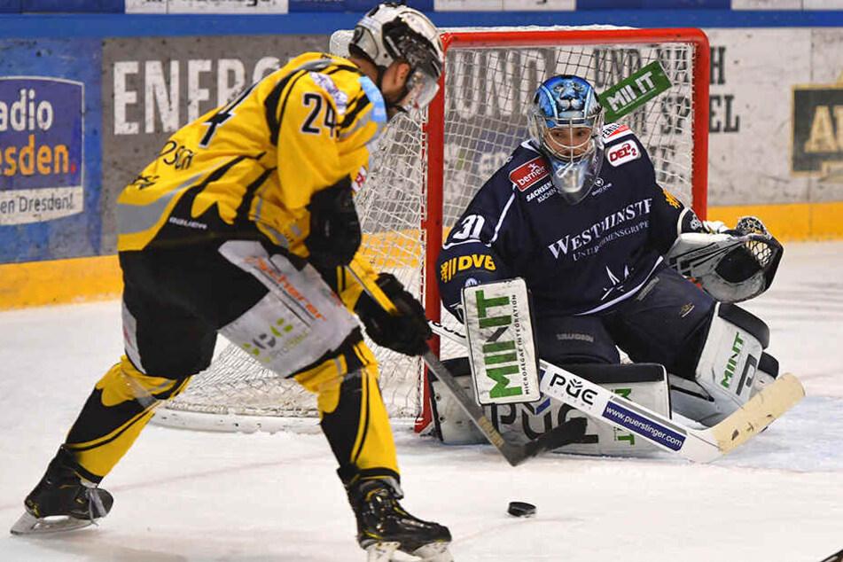 Tigers-Stürmer Michal Bartosch (l.) netzte gegen Eislöwen-Keeper Marco Eisenhut zweimal ein, weil der Franke mutterseelenallein gelassen wurde. Das darf heute nicht passieren