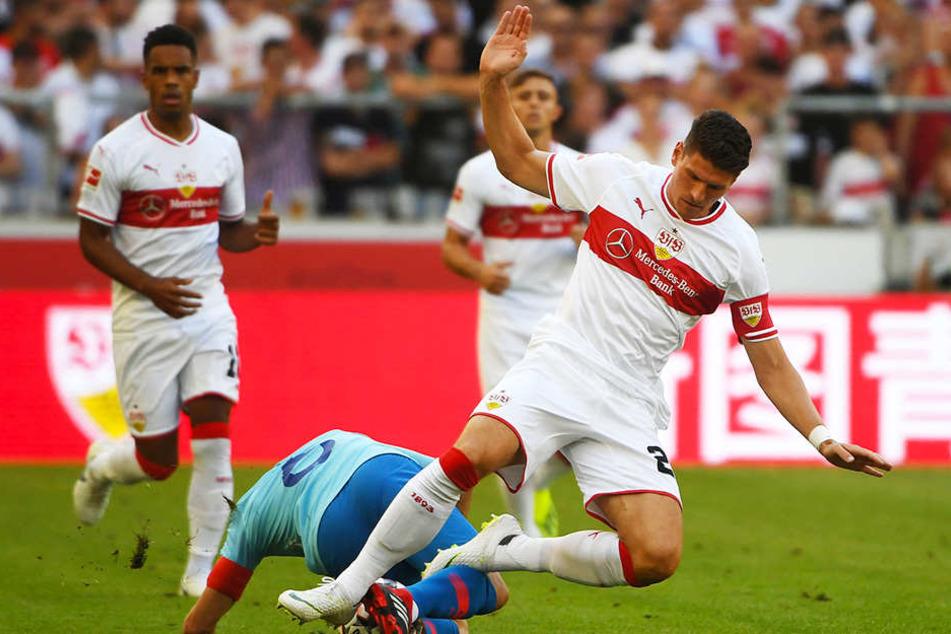 VfB-Stürmer Mario Gómez im Zweikampf mit Atléticos Koke. Daniel Didavi (l.) und Pablo Maffeo (hinten) schauen zu.