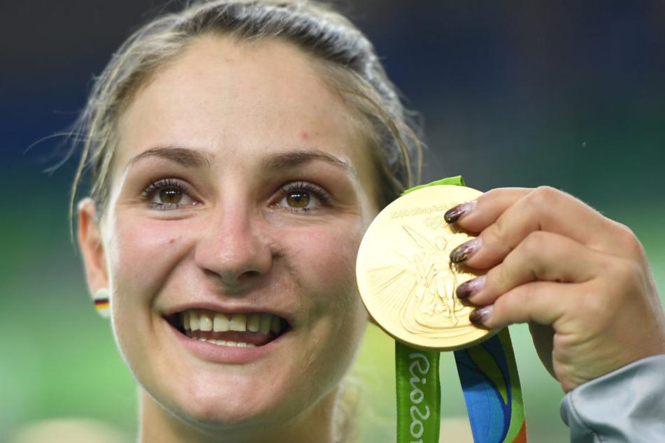 Kristina Vogel strahlt mit ihrer Goldmedaille um die Wette.