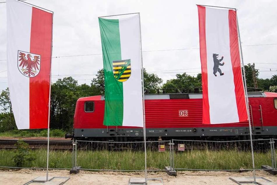 in Baruth (Brandenburg) stehen die Landesfahnen von Brandenburg (l-r), Sachsen und Berlin. Der Ausbau der Strecke in diesem Bereich ist fast beendet.