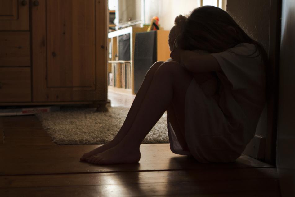 Über Jahre: Vater soll sich an Freundinnen der Tochter vergangen haben