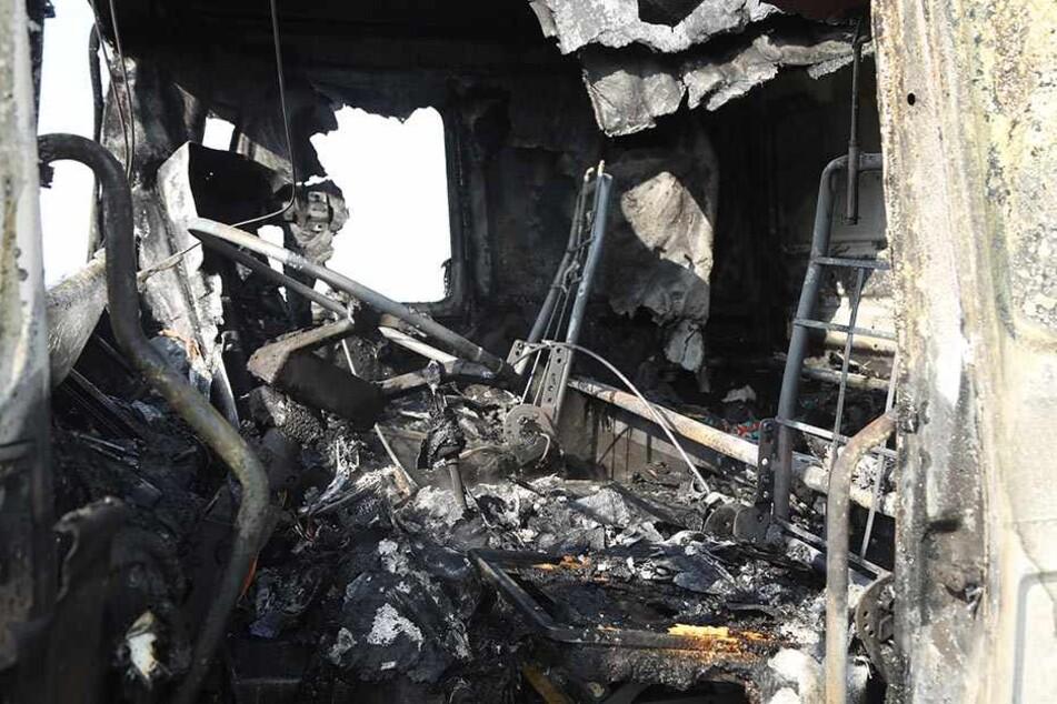 Das Innere des Lkws ist komplett verkohlt. Der Fahrer blieb unverletzt.