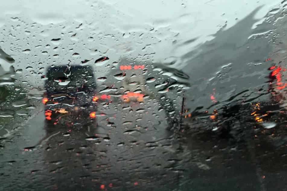 Die durch den Regen nasse Fahrbahn brachte den zu schnellen Wagen ins schleudern. (Symbolbild)