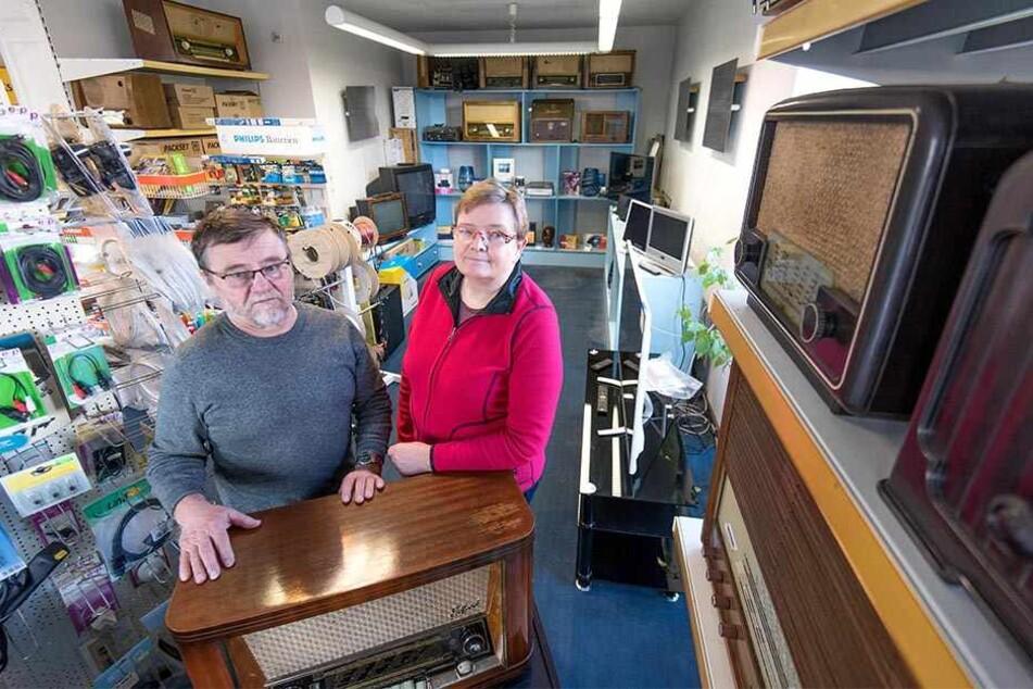 Gunther (69) und Petra Richter (62) schließen ihren TV-Laden. In diesem waren auch die Postfiliale von Crossen untergebracht.