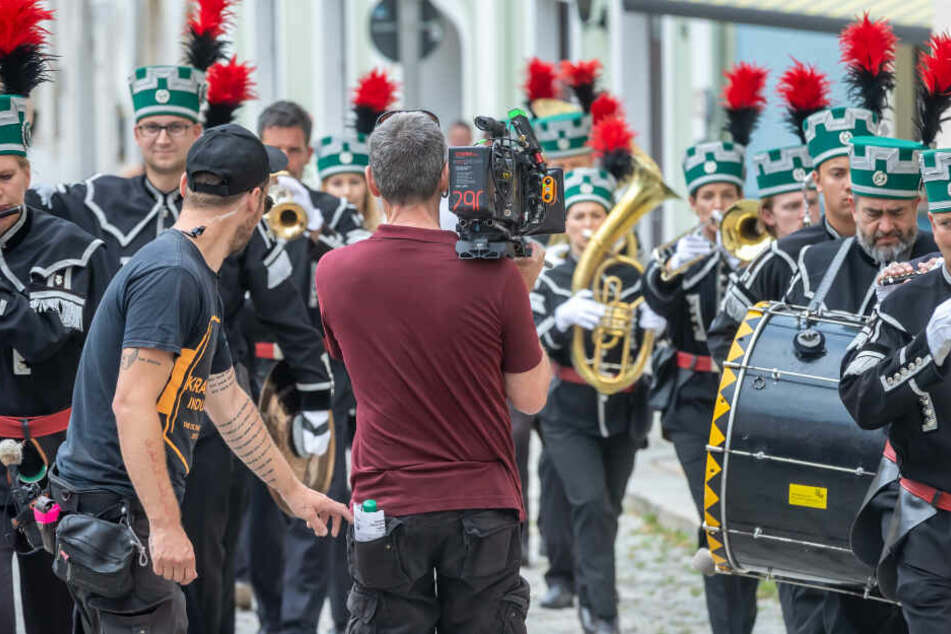 In Vorbereitung auf ihre Rolle hat Schauspielerin Teresa Weißbach (38) Hornunterricht genommen. Als Teil des Bergmusikkorps spielt sie Waldhorn.