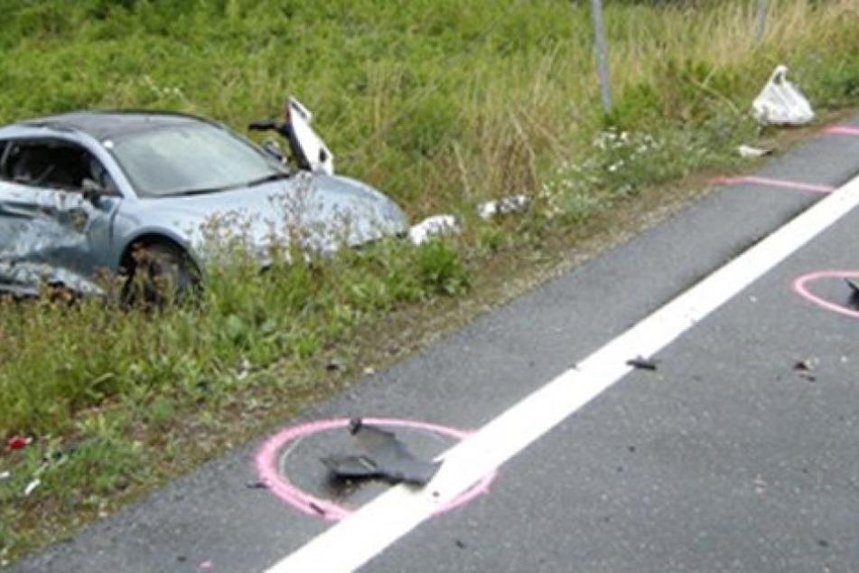 Das Unglücksfahrzeug liegt demoliert im Graben. Der Fahrer wurde nur leicht verletzt.