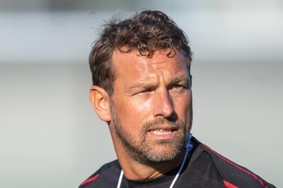 Trainer Markus Weinzierl wird mit seiner Mannschaft gegen den DFB-Pokalsieger antreten. (Archiv)