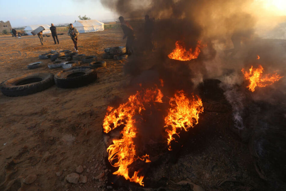Khan Younis: Palästinenser versuchen Feuer zu löschen, die durch israelische Drohnen ausgelöst wurden.