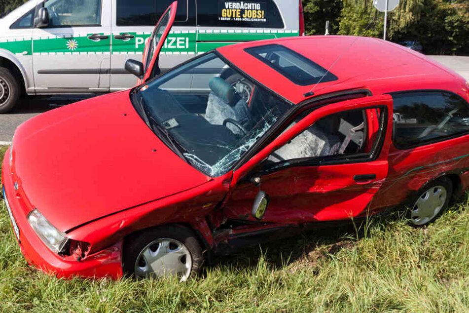 Der Nissan wurde bei dem Unfall auf der Fahrerseite demoliert.