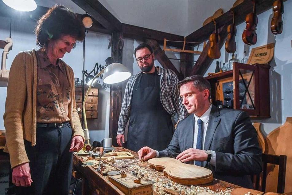 Simone von der Ohe (Verein Musicon Valley) schaute den Ministern Eva-Maria Stange (61, SPD) und Martin Dulig (44, SPD) beim Geigenbau zu.