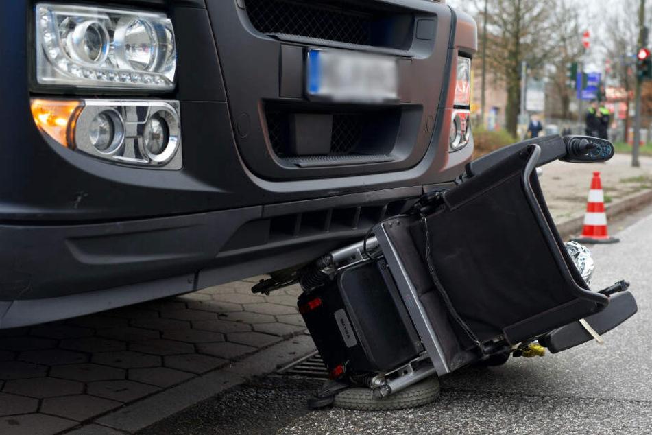 Der Rollstuhl wurde unter der Lkw-Front eingeklemmt.