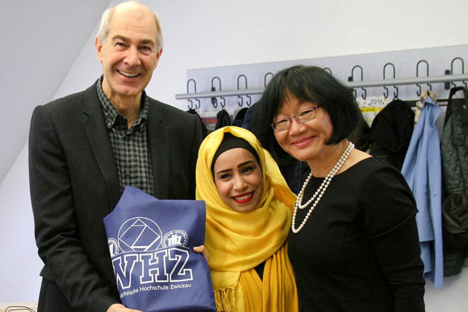 Die Studentin Ghinwa Toukhi (M) aus dem Libanon mit dem Rektor der Westsächsische Hochschule Zwickau, Karl Schwister (l.), und Hui-Fang Chiao, WHZ-Prorektorin (r.) Internationales