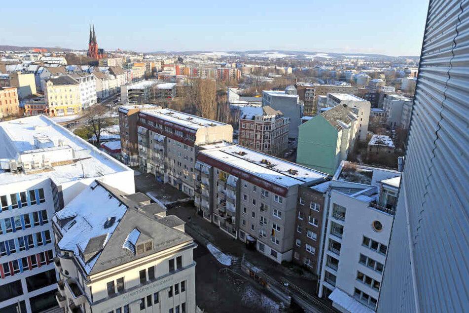 Der Sonnenberg: Das Armenhaus der Stadt. Neben dem Neuen Technischen Rathaus (links) steht als Kontrast eine heruntergekommene Neubauzeile.